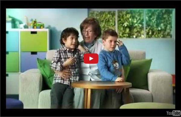 Los niños enseñan a los abuelos como usar las nuevas tecnologias