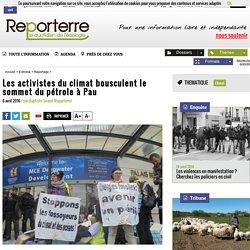Les activistes du climat bousculent le sommet du pétrole à Pau