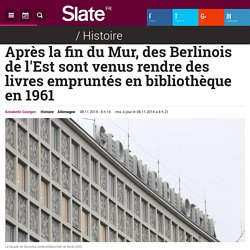 Après la fin du Mur, des Berlinois de l'Est sont venus rendre des livres empruntés en bibliothèque en 1961