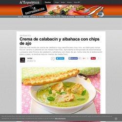 Crema de calabacín y albahaca con chips de ajo