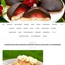 Cheesecake med karamelliserade äpplen, kolasås & vispgrädde