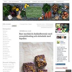 Raw zucchini & chokladbrownie med avocadofrosting och strösslade med bipollen