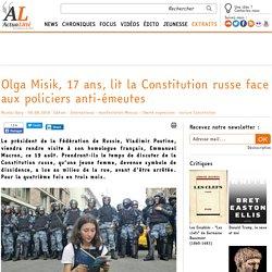 Olga Misik, 17 ans, lit la Constitution russe face aux policiers anti-émeutes