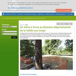 Un arbre à livres au Domaine départemental de la Vallée-aux-Loups