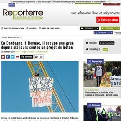 En Dordogne, à Beynac, il occupe une grue depuis six jours contre un projet de béton