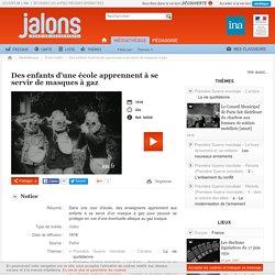 Jalons INA - Des enfants apprennent à se service de masques à gaz