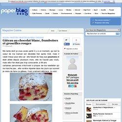 Gâteau au chocolat blanc, framboises et groseilles rouges