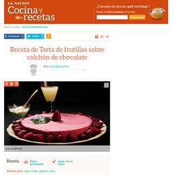 Receta de Tarta de frutillas sobre colchón de chocolate - LA NACION