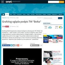 Grafolog Rafał Gasperaniec ogląda podpis TW Bolka
