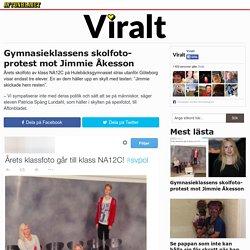 Gymnasieklassens skolfoto-protest mot Jimmie Åkesson