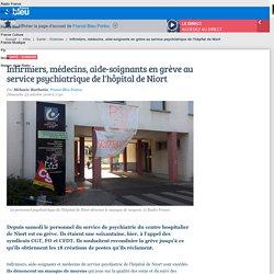 Infirmiers, médecins, aide-soignants en grève au service psychiatrique de l'hôpital de Niort