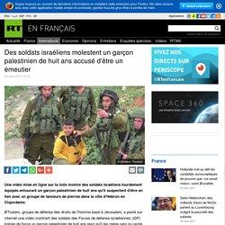 Des soldats israéliens molestent un garçon palestinien de huit ans accusé d'être un émeutier