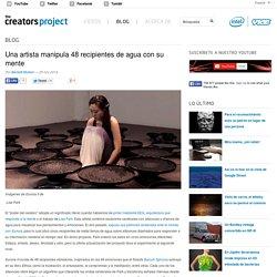 Una artista manipula 48 recipientes de agua con su mente