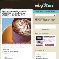 Mousse mascarpone en coque chocolatée sur moelleux au chocolat et cerises au sirop