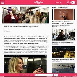 Matin heureux dans le métro parisien
