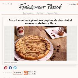 Biscuit moelleux géant aux pépites de chocolat et morceaux de barre Mars - Recette - Dessert