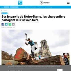 Sur le parvis de Notre-Dame, les charpentiers partagent leur savoir-faire
