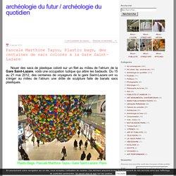Pascale Marthine Tayou, Plastic bags, des centaines de sacs colorés à la Gare Saint-Lazare
