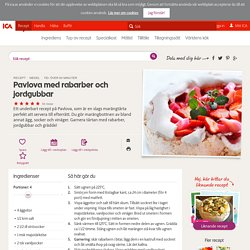 Pavlova med rabarber och jordgubbar