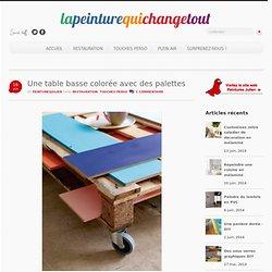 Une table basse colorée avec des palettes