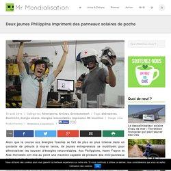 Deux jeunes Philippins impriment des panneaux solaires de poche