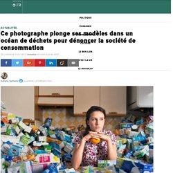 Ce photographe plonge ses modèles dans un océan de déchets pour dénoncer la société de consommation