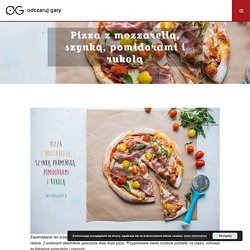 Pizza z mozzarellą, szynką, pomidorami i rukolą