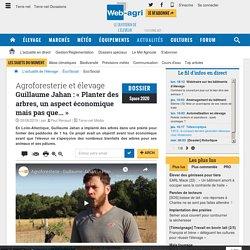 Un éleveur pratiquant l'agroforesterie : avantages pour les animaux