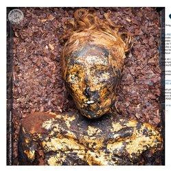 """CNRS on Instagram: """"#RETRO2015 Momie dorée copte d'Antinoé exposée au Musée des Beaux-Arts de Dunkerque. Appelée """"Ounnout la Prophétesse"""", elle est âgée de plus de 1 700 ans. Sa peau est recouverte d'une couche composée de résine, d'or et de textile. Elle"""