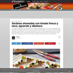 Sardinas ahumadas con tomate fresco y seco, aguacate y albahaca