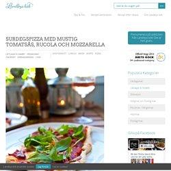 Surdegspizza med mustig tomatsås, rucola och mozzarella