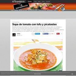 Sopa de tomate con tofu y picatostes