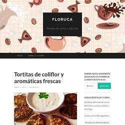 Tortitas de coliflor y aromáticas frescas