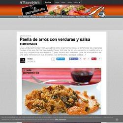 Paella de arroz con verduras y salsa romesco