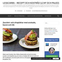 Zucchini- och chiaplättar med avokado, bacon och lök
